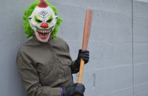 Grusel-Clown, Horror-Clown, Killer-Clown droht mit Baseball-Schlger 1